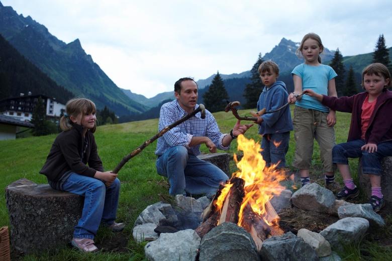 Fackelwanderung mit Lagerfeuer im Familienurlaub