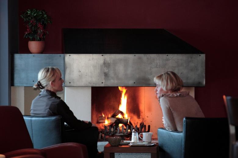 Kaminbar und Lounge im Familienhotel, Sommerurlaub in Vorarlberg