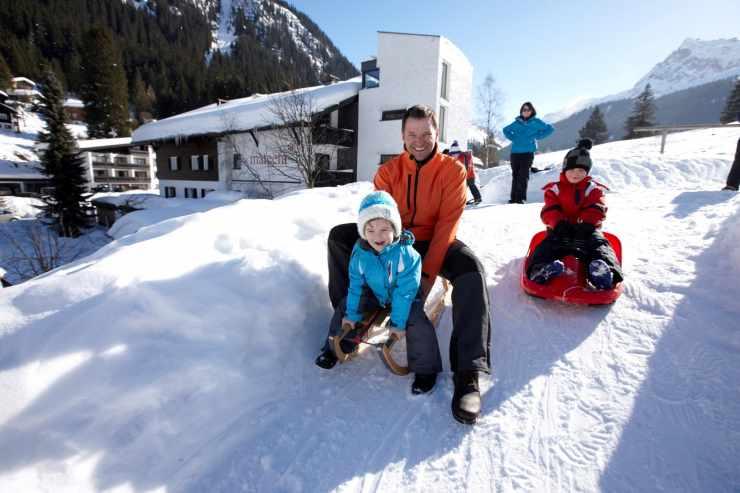 Rodeln, Familie, Hotel Mateera, Gargellen, Montafon, Vorarlberg, Österreich