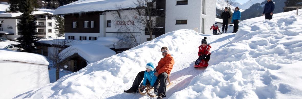 Naturspieplatz im Sommer und Winter, Familienhotel mit Spielplatz