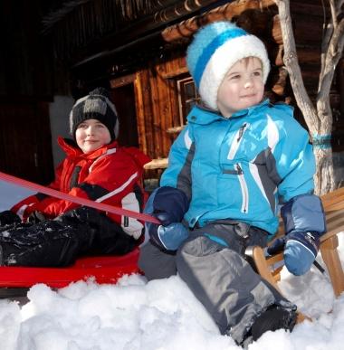 Rodeln, Schlitten fahren mit Kindern, Winter Familienurlaub in Vorarlberg