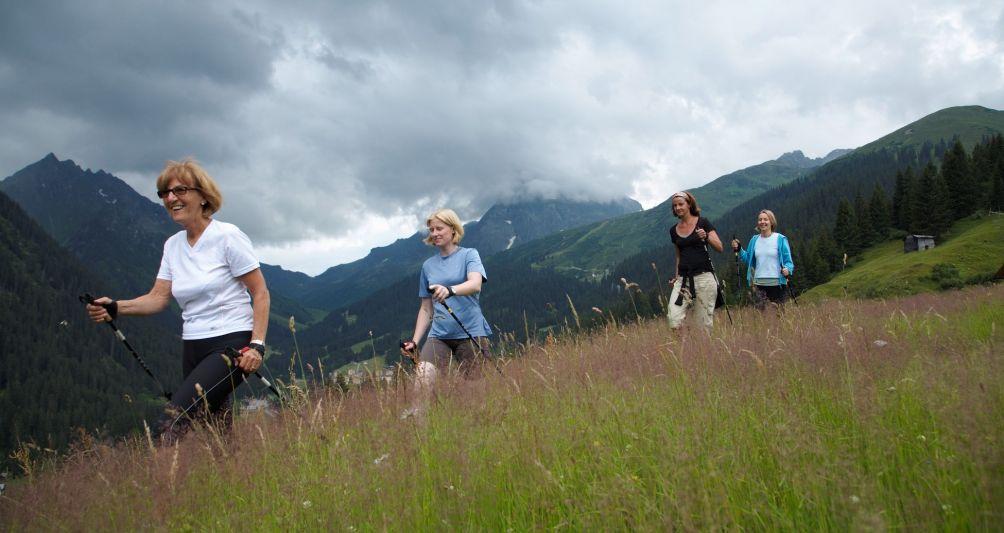 Nordic Walking im Familienurlaub, Familienhotel Sportangebot